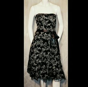 S 4 FOREVER 21 Black White Floral Embroidery Cotto